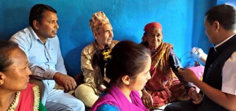 बृद्धबृद्धाको घरमै पुगेर उपचार गर्न शुरु
